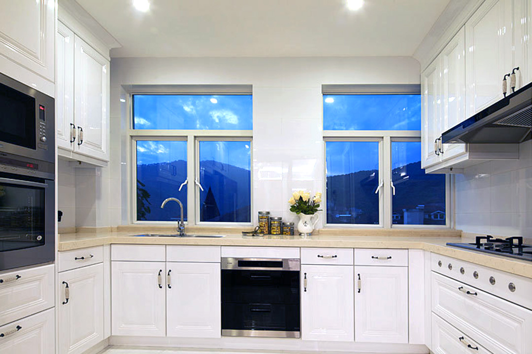 White Classic Kitchen Cabinet Design For Apartment